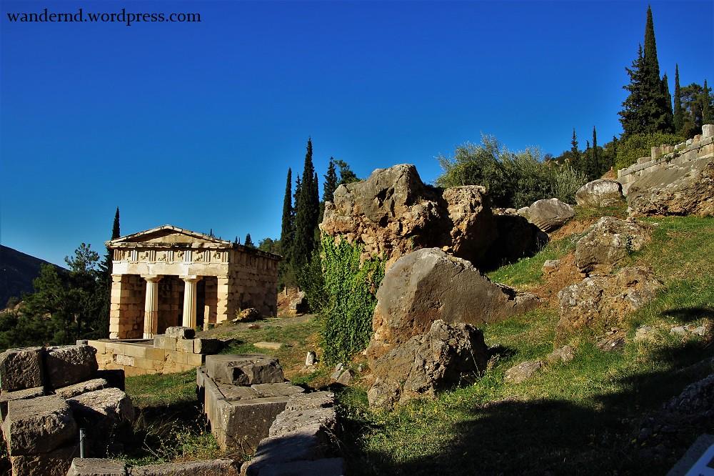 Delphi - Schatzhaus der Athener und Fels der Sibylle