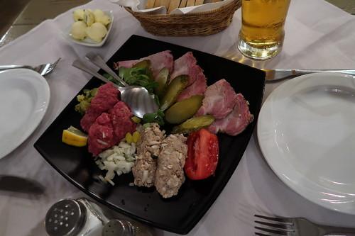 Vorspeisenteller mit Schweinbraten, Tartar und Jüdischem Kaviar