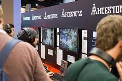 Besucher testen Ancestors bei der Gamescom