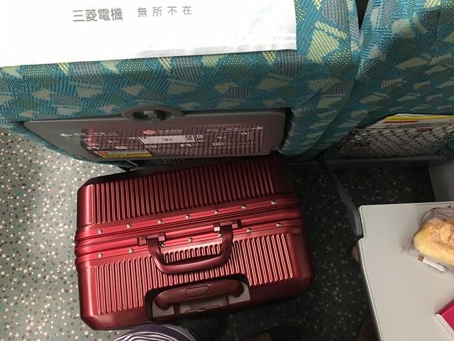 放在高鐵的座位之間也是OK@ELLE花苑盛典25吋行李箱