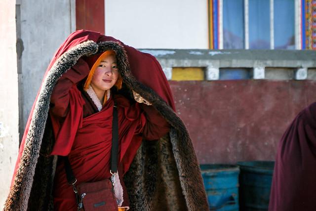 Smiling beautiful young nun, Yarchen Gar アチェンガルゴンパ 微笑むべっぴんさんな尼僧