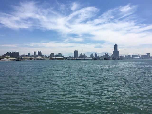 從往旗津的海面對望85大樓
