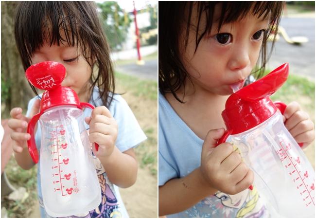 《育兒》嬰幼兒練習喝水的好夥伴!ViVibaby迪士尼款彈跳水杯~米奇圖案超可愛!360°自動導引珠,躺著喝也沒問題