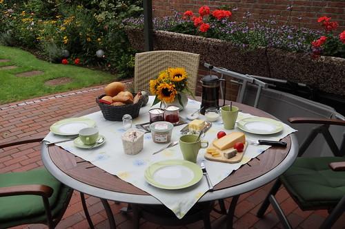 Frühstück auf der Terrasse (am fünften Morgen unseres diesjährigen Sommerurlaubs in Minden)