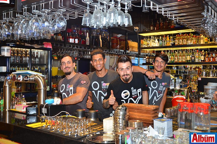 Leman Kültür bar ekibi Albüm için poz verdi.