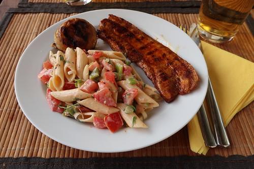 Nudelsalat zu gebratenem Champignon und Bauchspeck