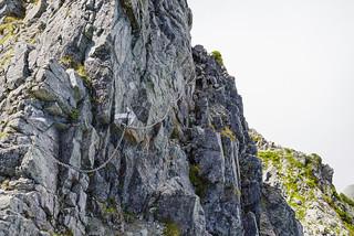 岩場トラバースの鎖