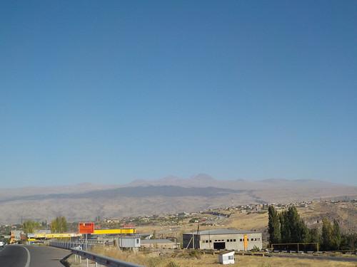 遠くに見えるアラガツ山に興奮して写真とってた