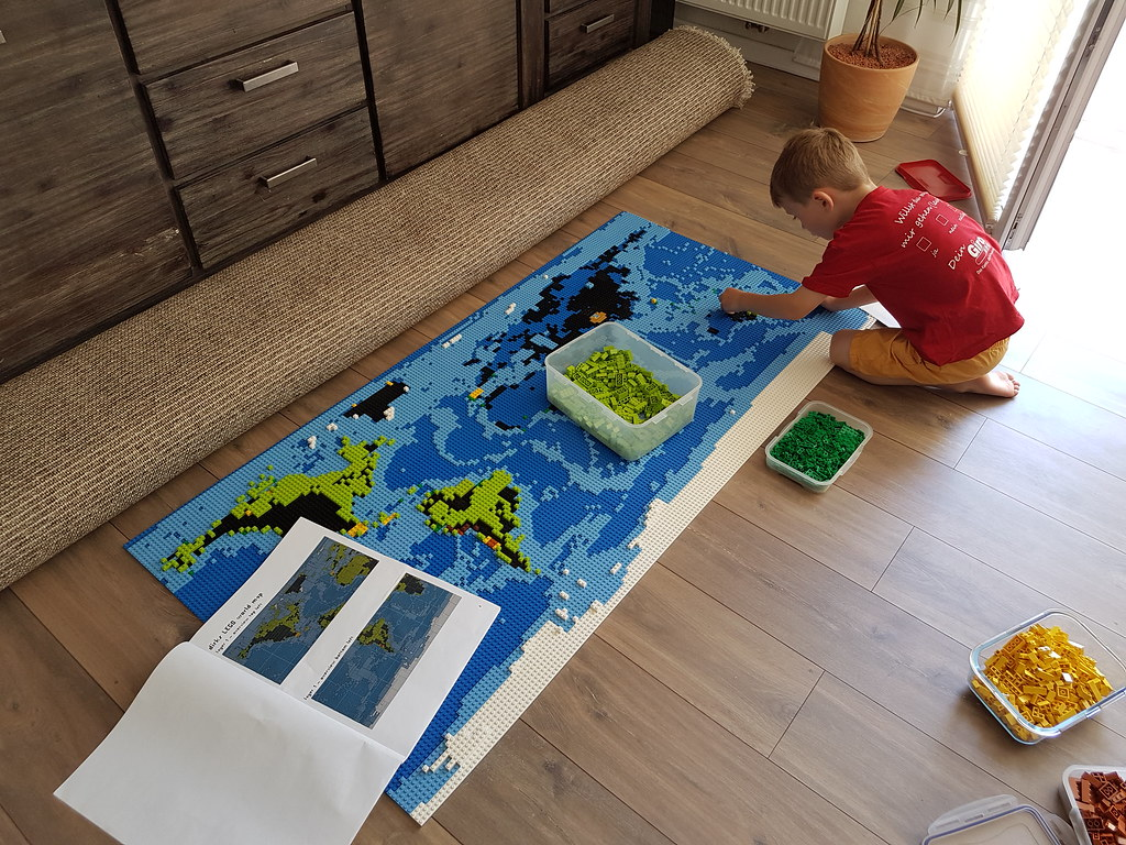 dirks LEGO world map 28 while building