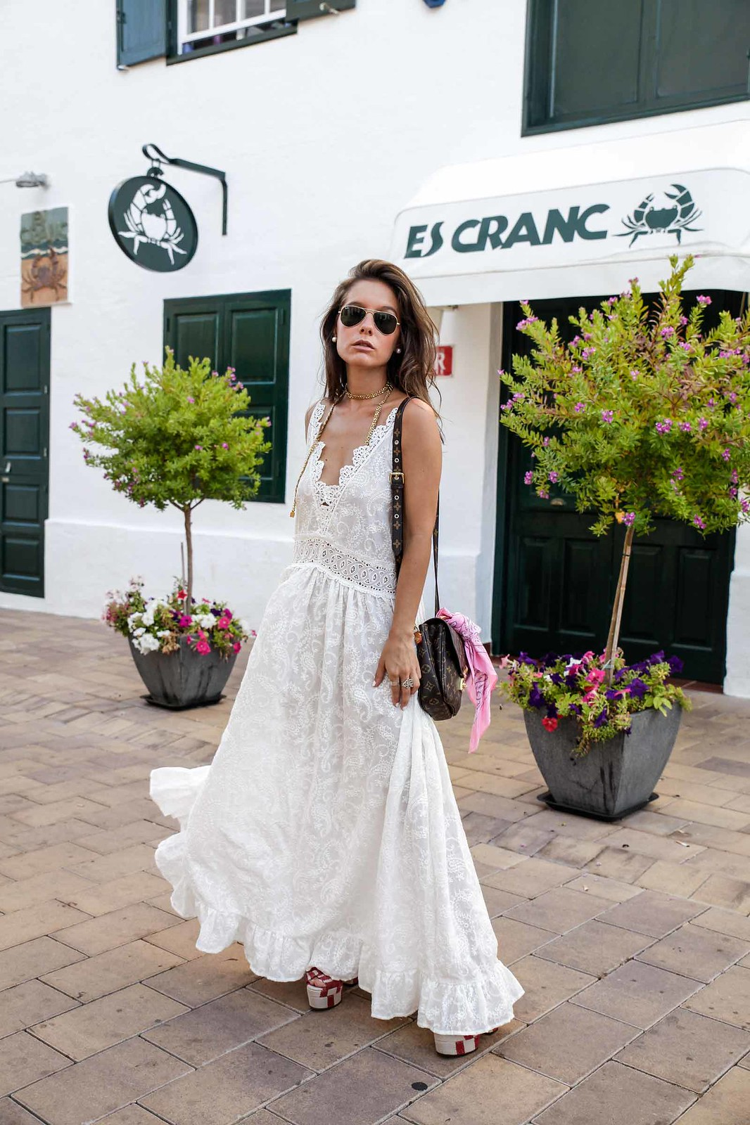 09_vestido_blanco_ibizenco_miss_june_long_dress_outfit_rayban_louis_vuitton_bag_outfit_streetstyle_influencer_barcelona_theguestgirl_the_guest_girl_barcelona_influencer