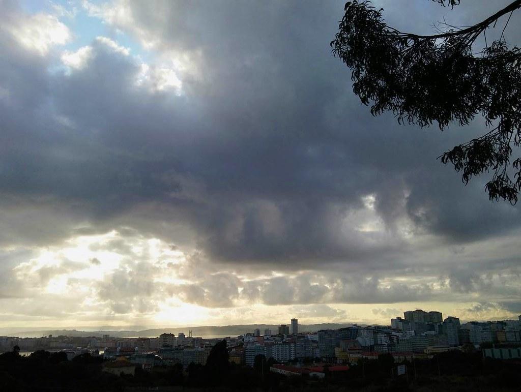 Seguimos con las nubes mañaneras camino al trabajo. #Coruña #clouds #phonephoto #photography #sky #nofilter