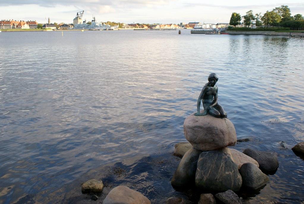 Petite sirène dans le port de Copenhague.
