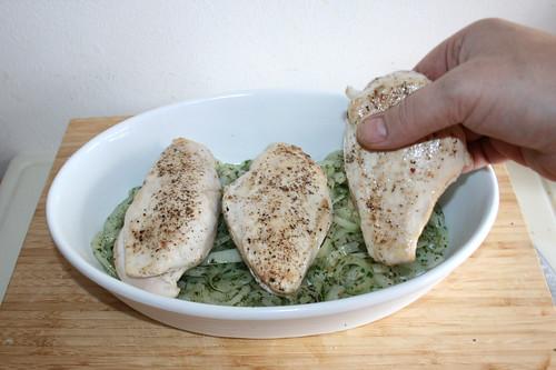 41 - Hähnchenbrüste oben auflegen / Put chicken breasts on top
