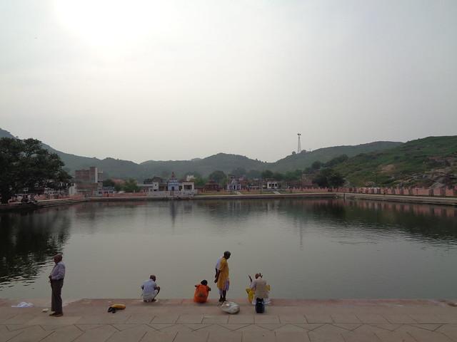 पहाड़ के किनारे स्थित रुक्मिणी तालाब