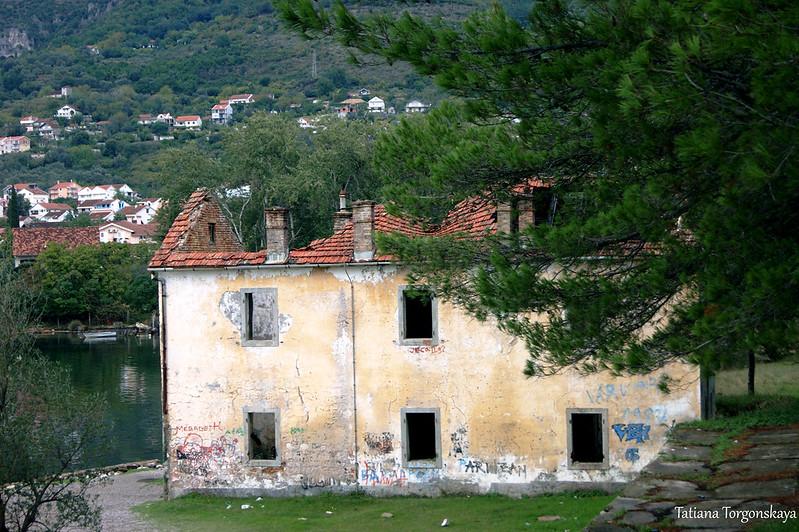 Здание на берегу