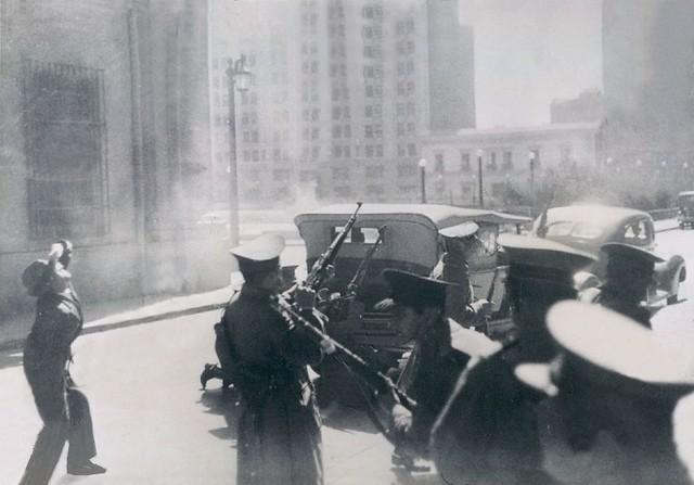carabineros y un civil atacan a los nacistas que se tomaron el edificio del Seguro Obrero frente a La Moneda