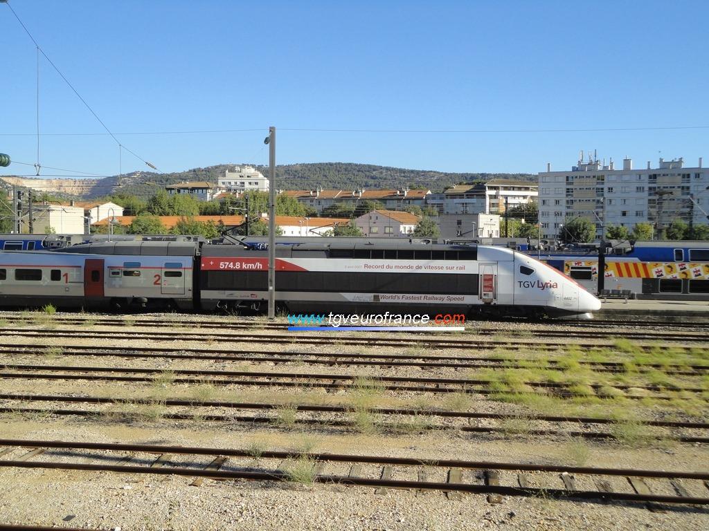 La rame TGV POS 4402 Alstom en livrée Lyria en gare d'Aubagne-en-Provence