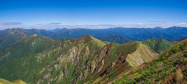 巻機山へ連なる稜線の山々と背後に聳える名山