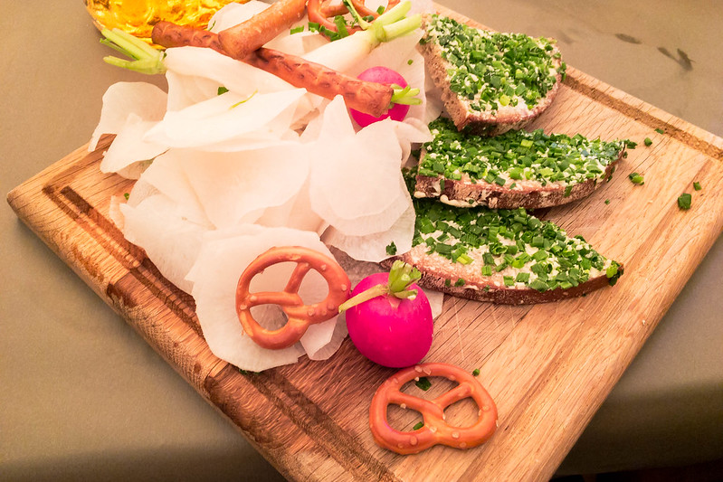 Bierradi-Brettl with radish, radishes, icicles and slices of bread with chives