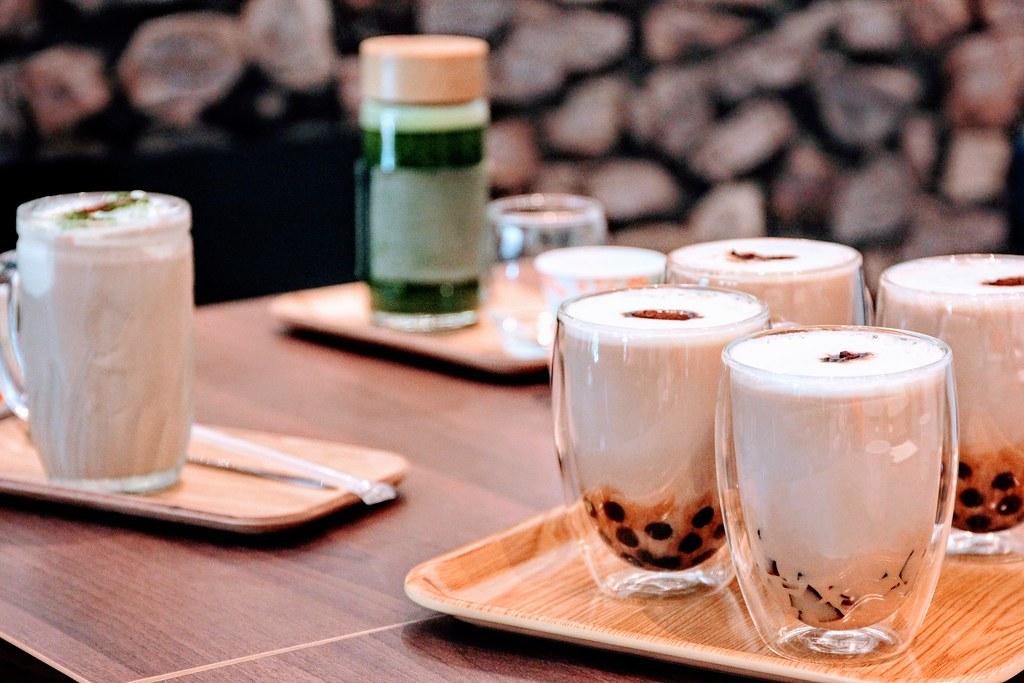 前方那四杯都是紅茶拿鐵啊! 底下可以加珍珠或咖啡凍