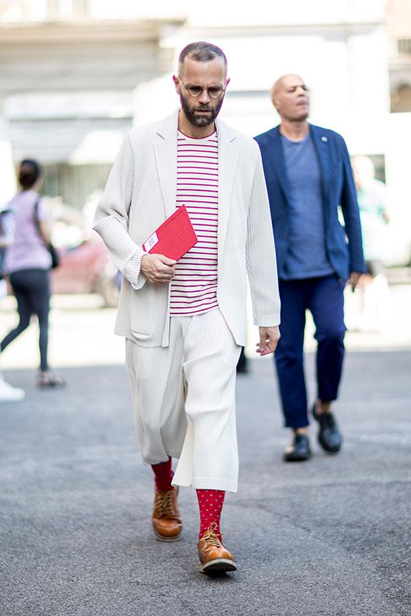 オフホワイトジャケット×クロップドパンツセットアップ×赤白ボーダーTシャツ×キャメルローカットブーツ