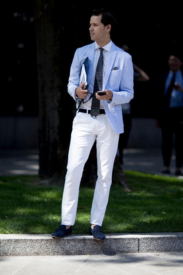 ライトブルーテーラードジャケット×白シャツ×グレー小紋柄ネクタイ×白パンツ×ネイビースエードローファー