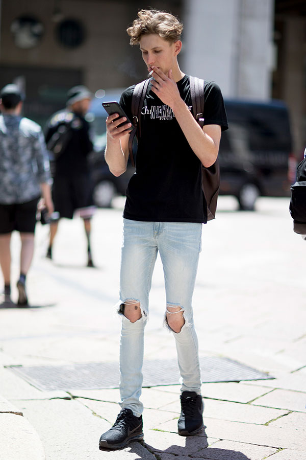 黒Tシャツ×ダメージジーンズ×Nikeエアマックス2017黒