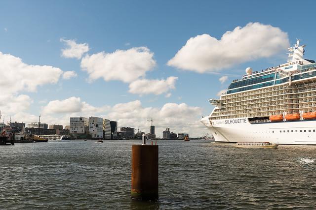 Kreuzfahrtschiff auf dem Ij mitten in Amsterdam