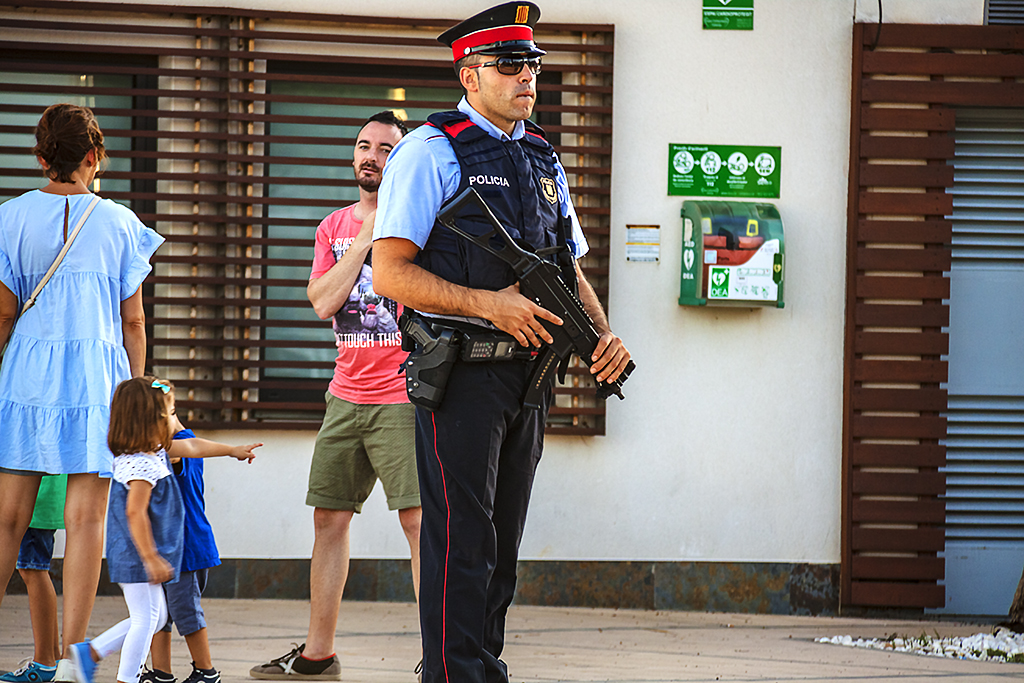 Cop with submachine gun--Cambrils