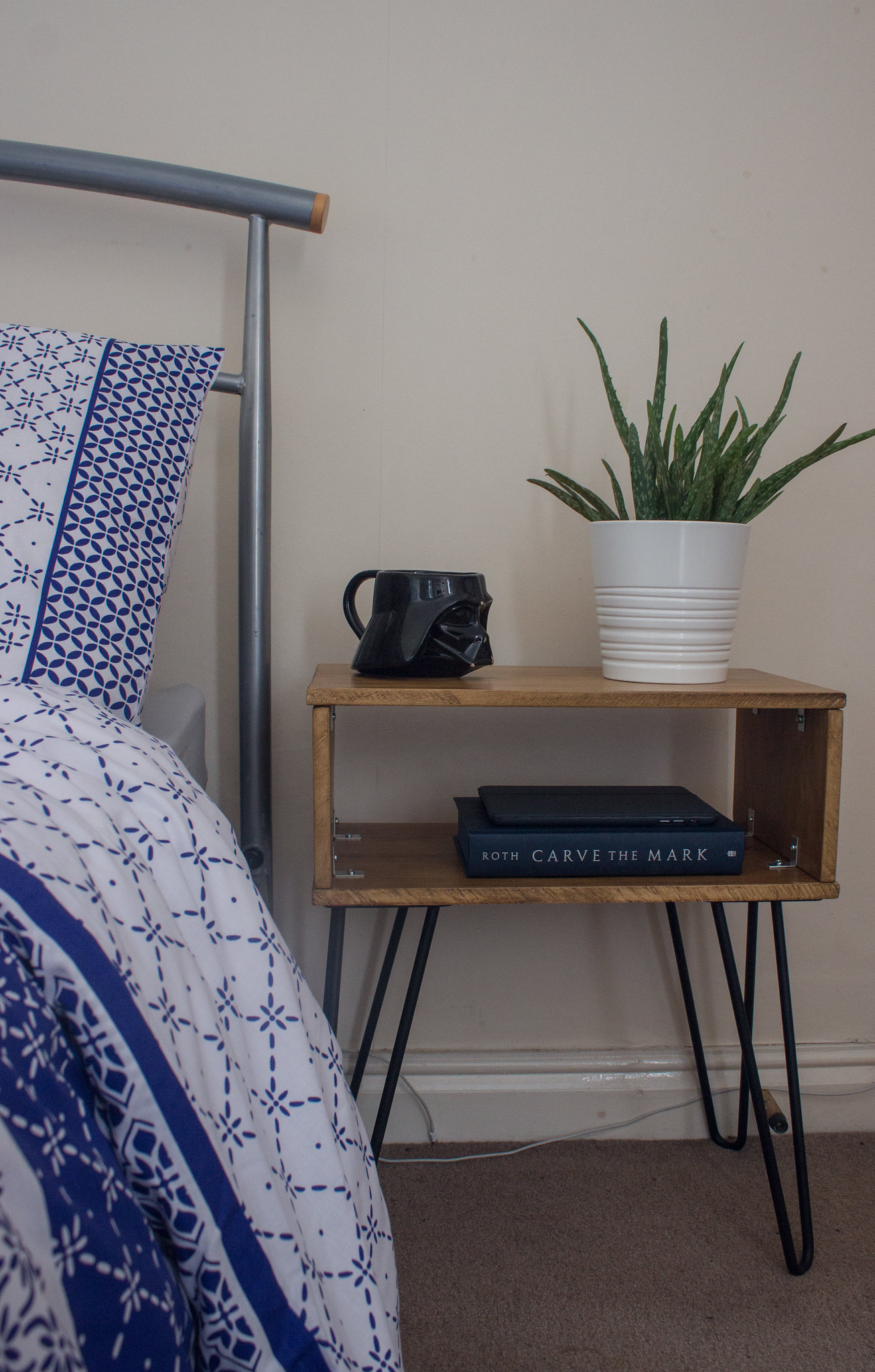DIY mid-century hairpin nightstand – for those who cannot DIY