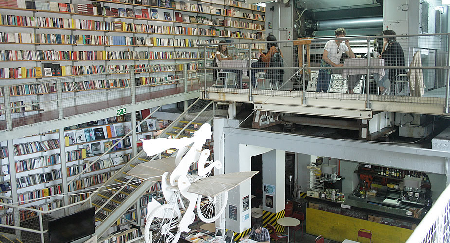 Hotspot in Lissabon: boekwinkel Ler Devagar LX Factory | Mooistestedentrips.nl