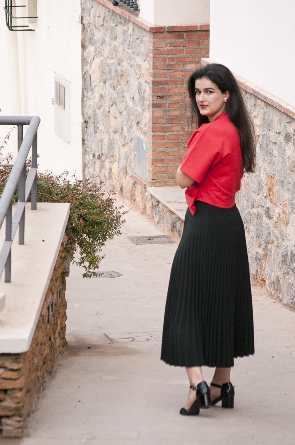 something fashion blogger influencer valencia spain, outfit kimono crop top red lightinthebox summer pleated black skirt fashion how to wear