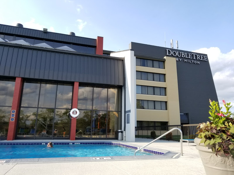 doubletree-hilton-cranberry-pittsburgh-exterior-pool-3