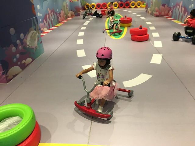 有車道,一群小孩正在一起賽車(?)@屏東恆春墾丁怡灣渡假酒店