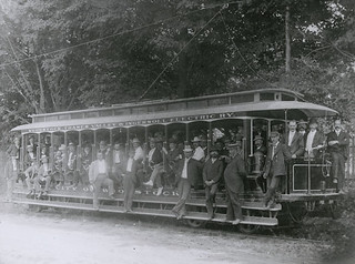 Woodstock Thames Valley and Ingersoll Electric Railway open car with passengers, Ontario / Une voiture avec passagers et sans habitacle fermé de la compagnie Woodstock Thames Valley and Ingersoll Electric Railway (Ontario)