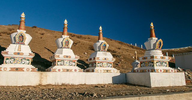 Buddhist stupas in sky burial area, Yarchen Gar, アチェンガルゴンパの鳥葬場の仏塔