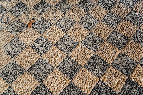 04-Petits galets en mosaïque sol du porche de l'église