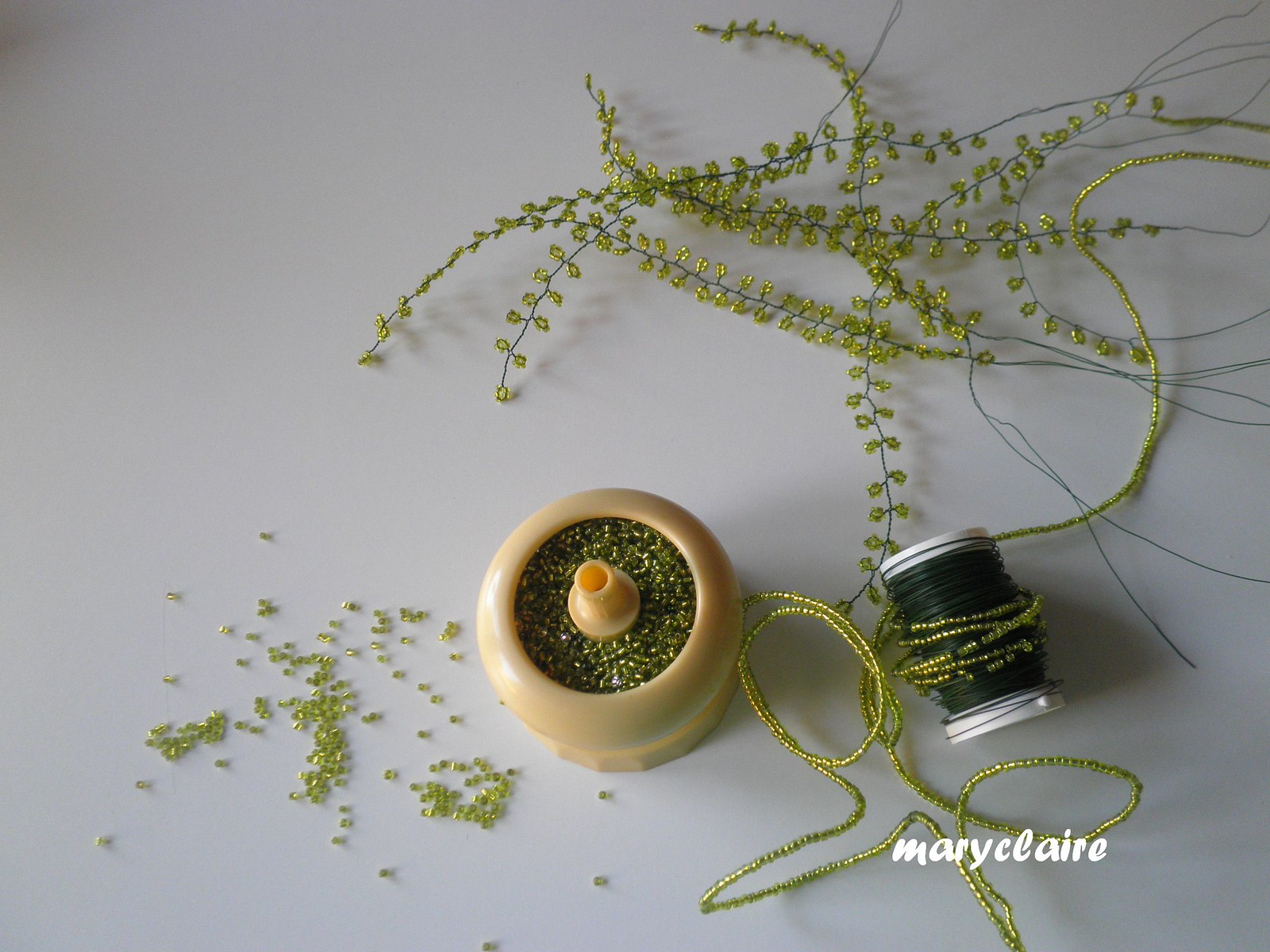 perline verdi e infilata