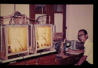 タイ国農業局技術部作物生理研究室にて水稲葉の光合成能力を測定中(供試機械は日立の赤外線ガス分析計,奈良技官)