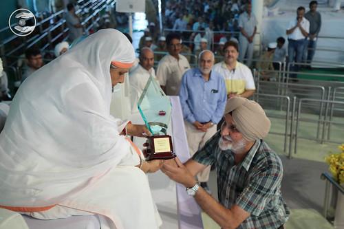Satguru Mata Ji honoured by Life Chiropractic College with 'Service to Humanity Award – 2017'