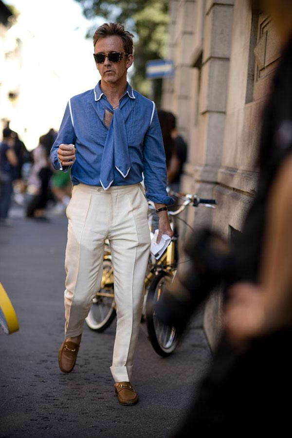 青パイピングシャツ×アスコットタイ×白スラックス×キャメルビットモカシン