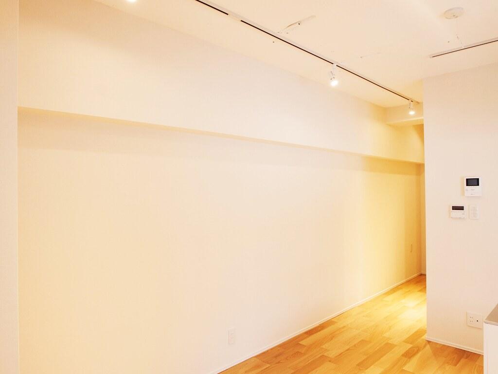 リノベーション後: ダイニングルームから玄関へ続く廊下