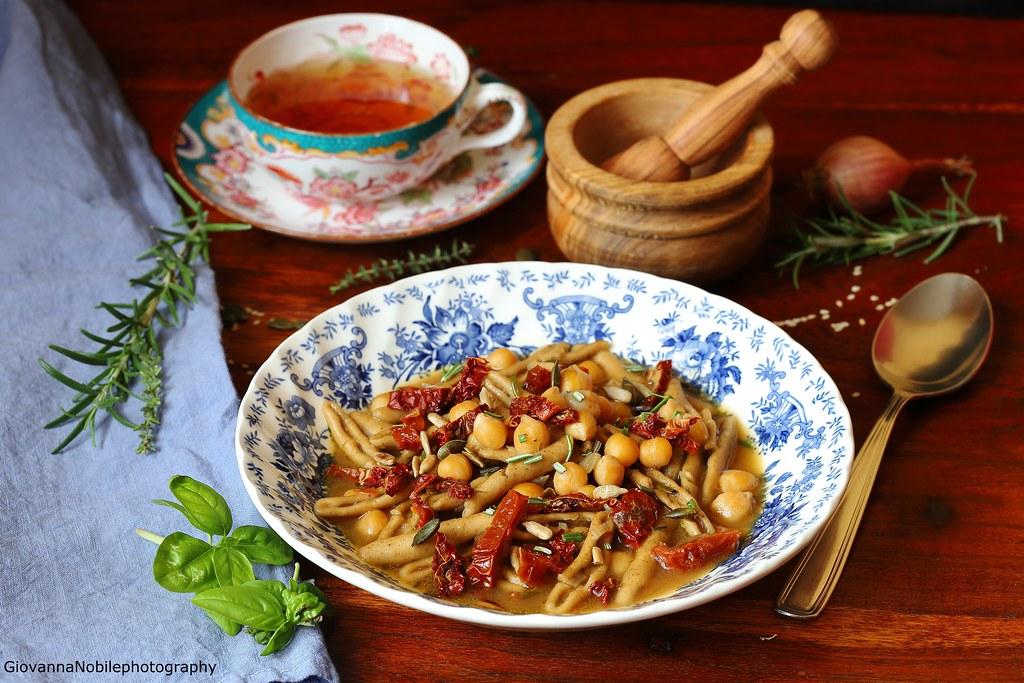 Pasta con i ceci, pomodori secchi e scalogno 1
