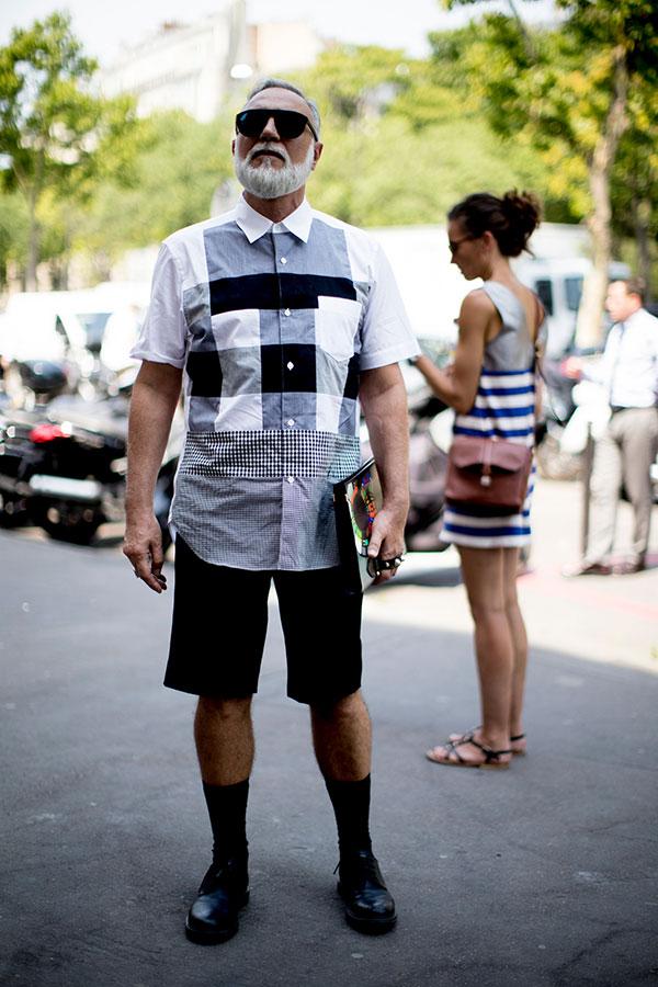 半袖デザインシャツ×黒ショートパンツ×黒ダービーシューズ