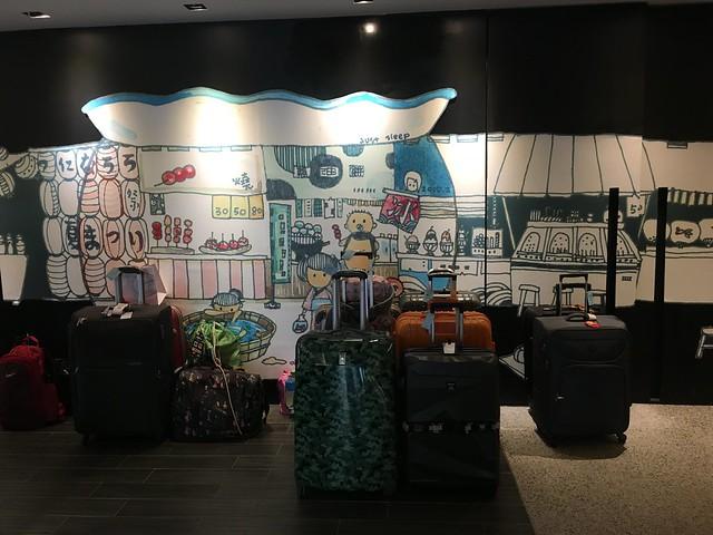 這天有很多團客先來寄放行李,後面是很有味道的手繪插畫@宜蘭捷絲旅礁溪館
