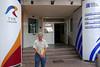 Hans Mathis vor dem Gebäude des Rumänischen Fernsehsenders TVR in Temeswar wo sich auch die Redaktion der Sendung in Deutscher Sprache befindet