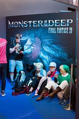 Warteschlange vor dem Aufsteller von Monster of the Deep Final Fantasy XV