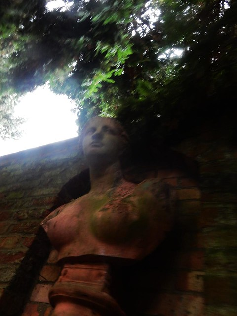 Bust, Lillies' wall, Weedon