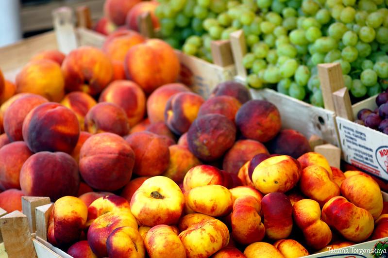 Сезонные фрукты: нектарины,  персики, виноград