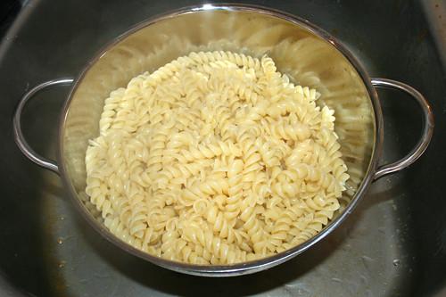 51 - Nudeln abtropfen lassen / Drain noodles